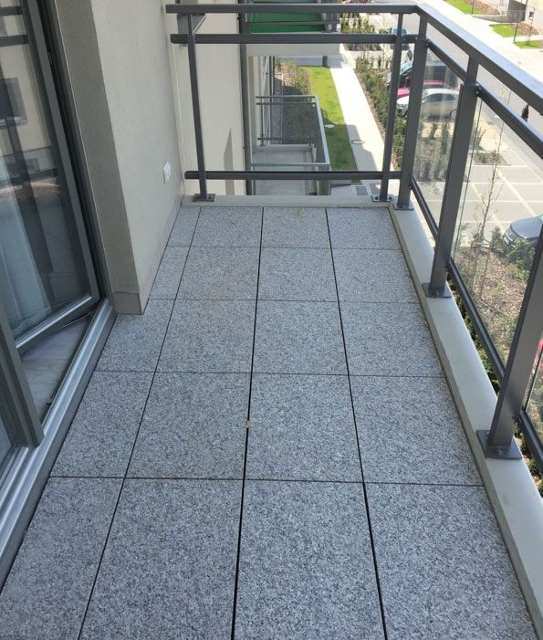 balkon zpłyt kamiennych naregulowanych wspornikach