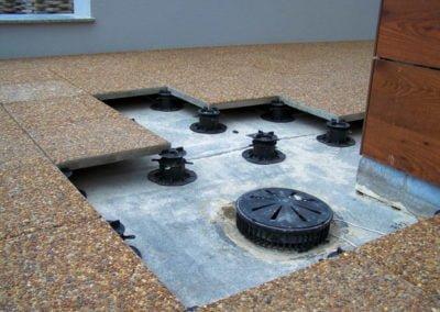 Adjustable deck supports on pedestals
