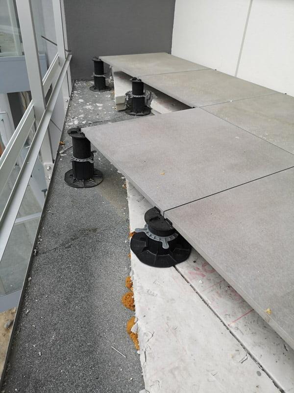 duże różnice wysokości an balkonie stopnie