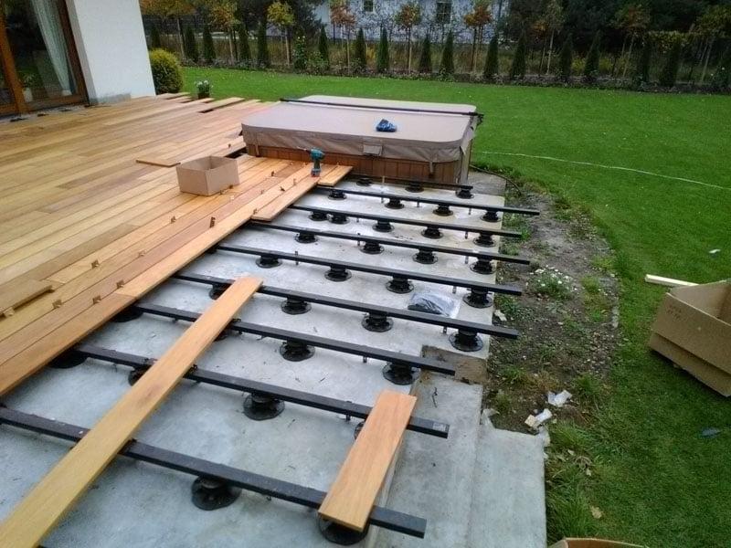 Realizacja tarasu w ogrodzie z użyciem wsporników tarasowych i legarów