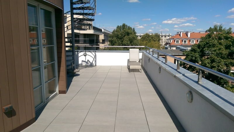 Balcony terrace with adjustable terrace pedestals