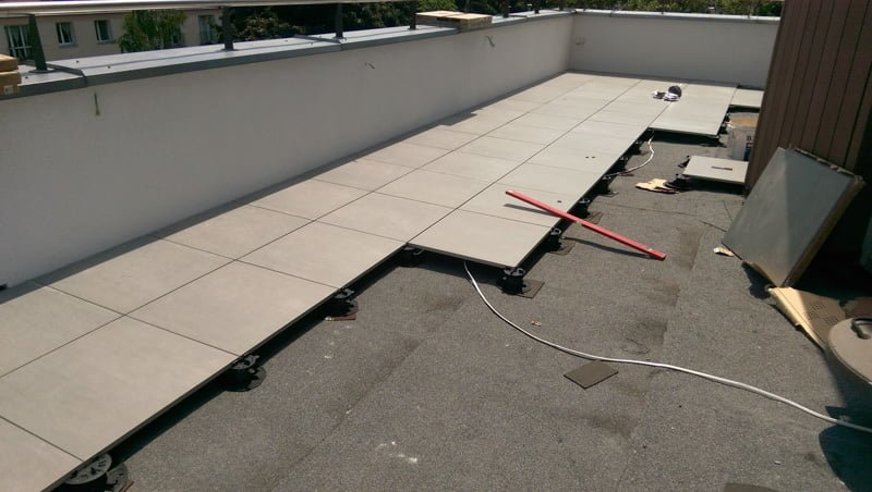 An example of realisation of a raised ventilated terrace from ceramic terrace tiles.