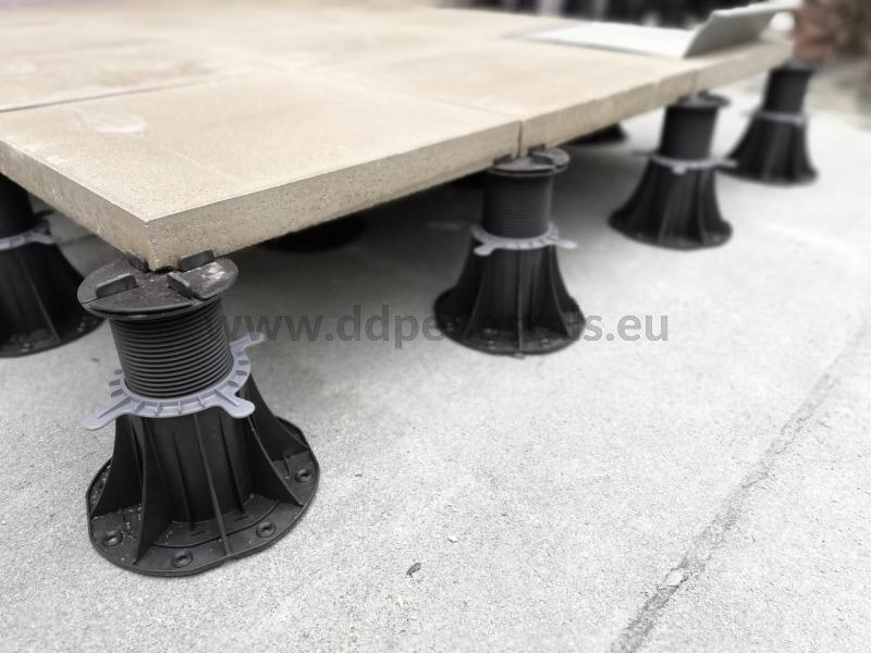 ceramiczne płyty 2 cm 60x60 cm naregulowanych wspornikach poziomujących