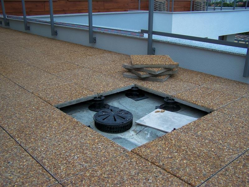 taras wentylowany montaż płyt nadwpustem dachowym nawspornikach tarasowych
