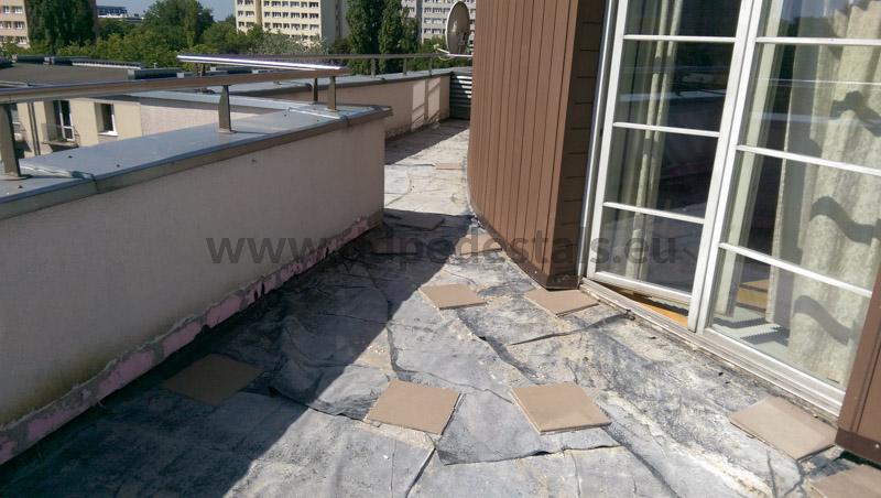 Traditionell geklebte Terrassenfliesen abfallen, reparaturbedürftig ,renovierungsbedürftig.