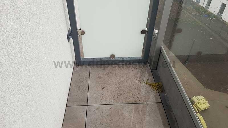 Płyty ceramiczne naniewielkim balkonie nawspornikach regulowanych