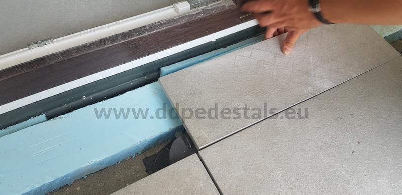 dostosowanie odpowiedniej wysokości płyt doprogu drzwi balkonowych