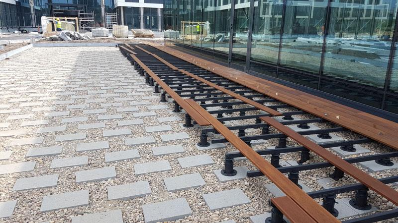 Ventilated terrace on the ground on concrete blocks