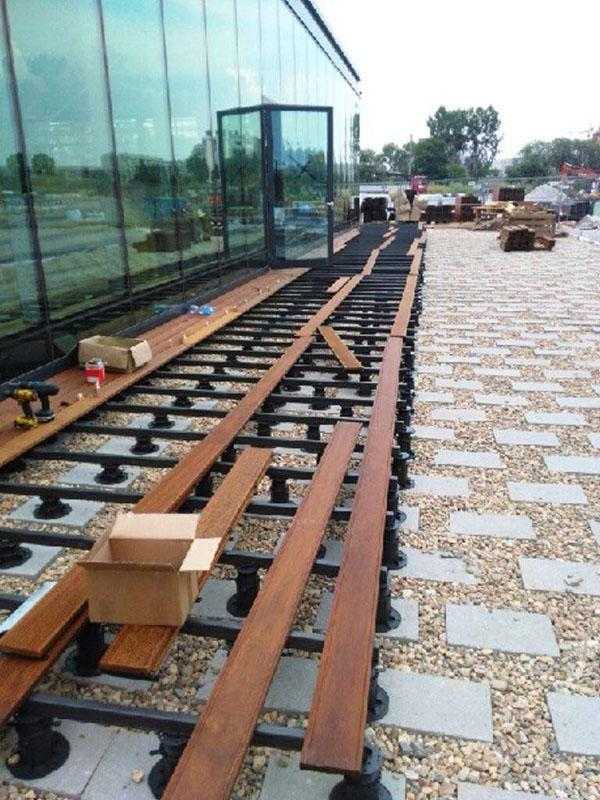 Ventilated terrace on the ground with stabilized concrete blocks