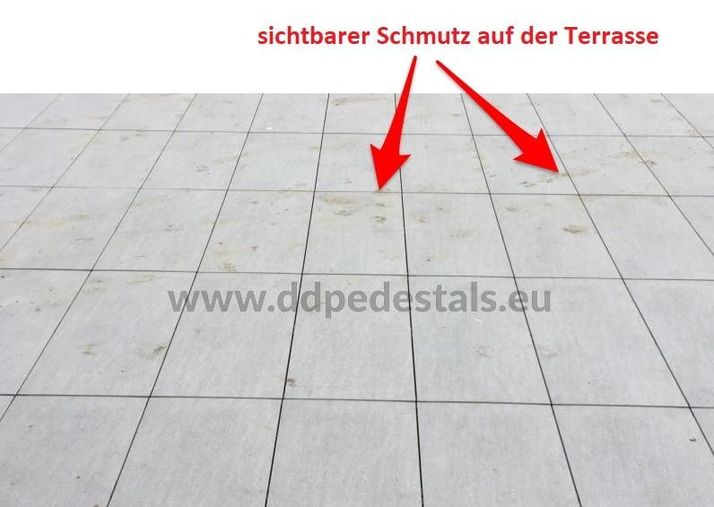 Schmutz auf der Doppelboden Terrasse auf Stelzlager verlegt.