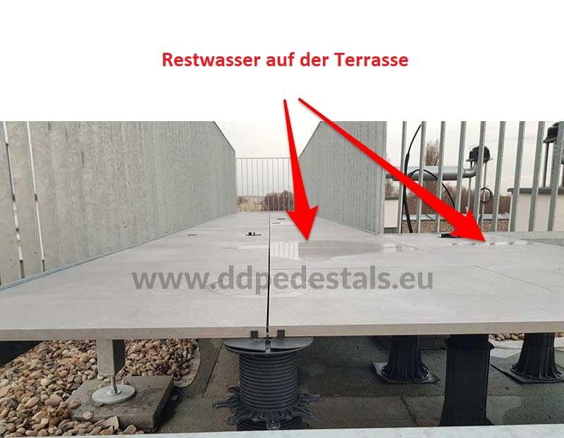 Terrassenplatten-auf Stelzlager-das Wasser-steht