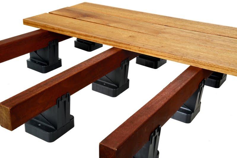 Wsporniki regulowane pod legary Raptor z drewnianymi legarami i deskami tarasowymi