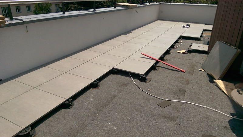 Doppelboden Terrasse,belüftet auf Stelzlager als Reparatur eines geklebten Terrasse mit fallenden Fliesen.