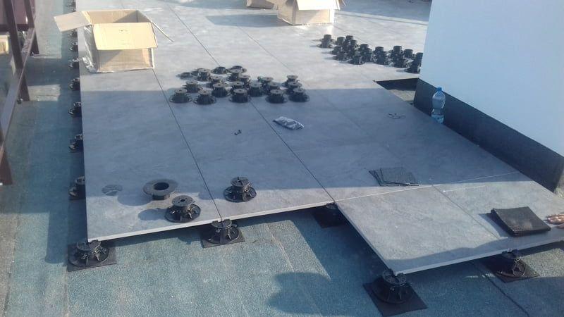 Terrassenplatten auf verstellbaren Stelzlagern.