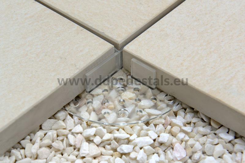 Transparentes Plattenlager unter Terrassenplatten zur Trockenmontage, z. B. auf Kies.