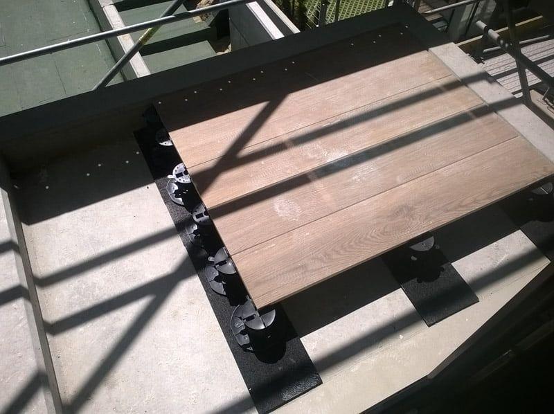 płyty drewnopodobne montowane nawspornikach tarasowych