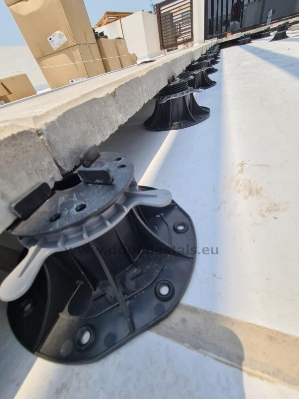 płyta betonowa oparta naregulowanym wsporniku