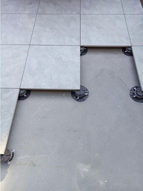 płyta ceramiczna 60x60 oparta naregulowanych wspornikach poziomujących