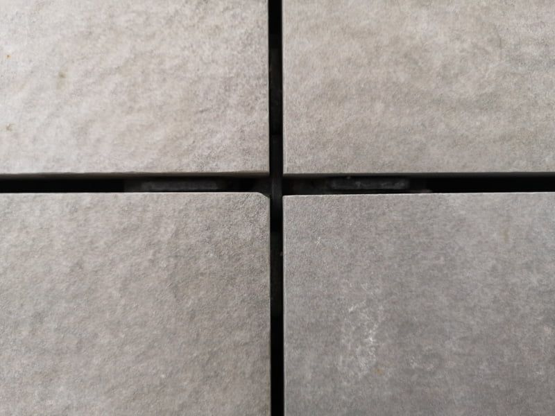 fuga szczelina pomiędzy płytami ceramicznymi 60x60