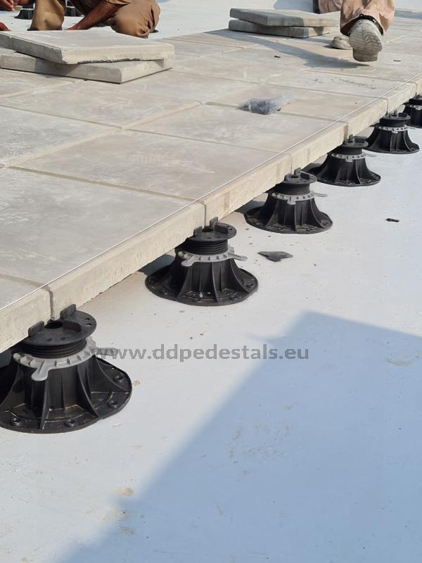 płyta betonowa 60x60 4 cm oparta naregulowanych wspornikach tarasowych