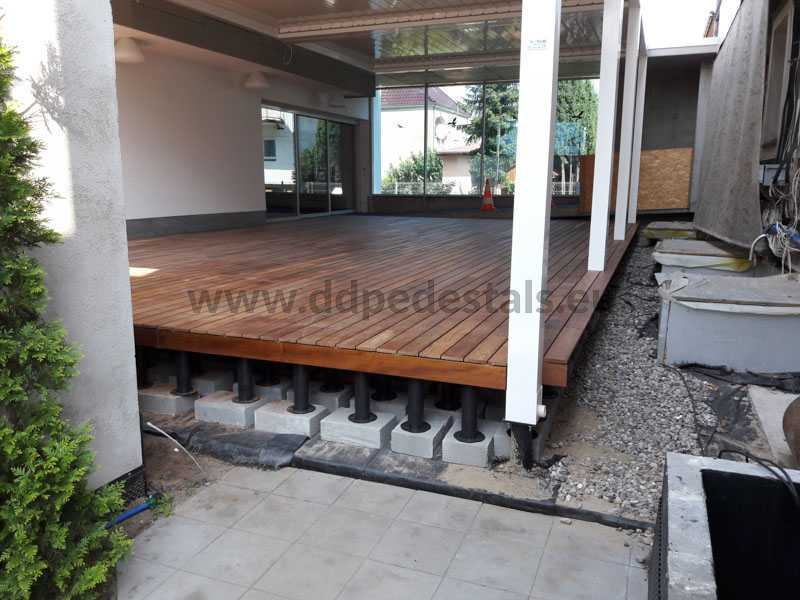 veranda-winter garden with awning leveled on adjustable pedestals