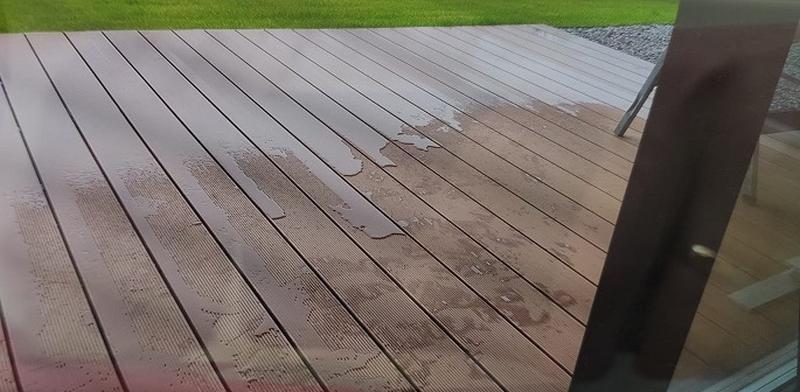 Restwasser auf der Terrasse von WPC Bretter