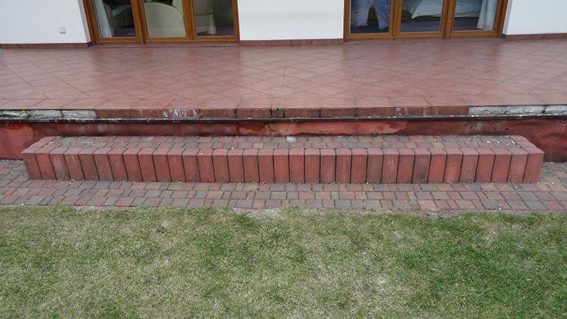 fallende Fliesen von der Terrasse