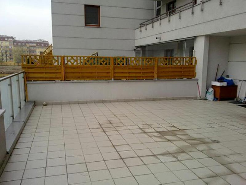 alte, versiegelte Fliesen bilden die Grundlage für eine belüftete Terrasse
