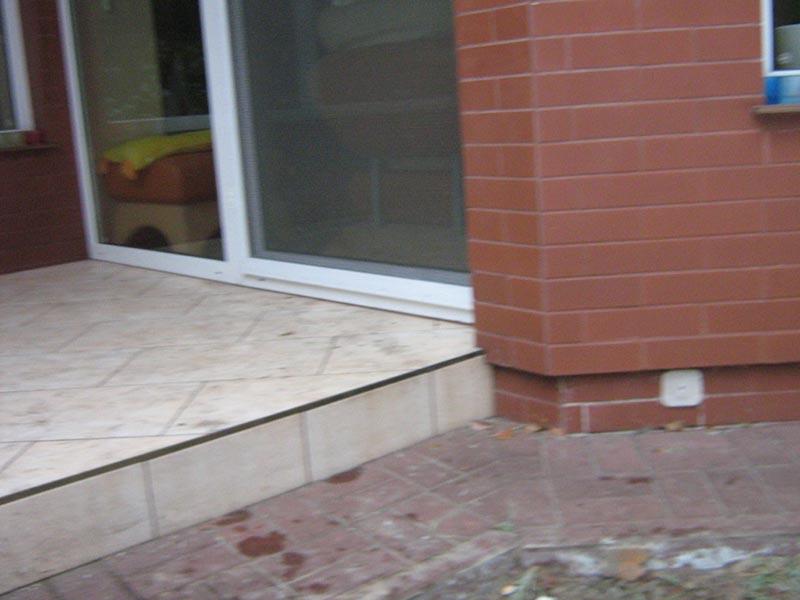 alte fliesen auf der terrasse können unter der terrasse angehoben werden