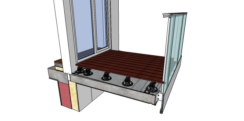 Exemple d'une terrasse surélevée ventilée sur les plots réglables et des lambourdes nivelées. Les lames de terrasse sont posées sur les lambourdes nivelées à la bonne hauteur par rapport au sol de la pièce à l'intérieur. La terrasse est posée sur une fondation en pente pour l'évacuation des eaux.