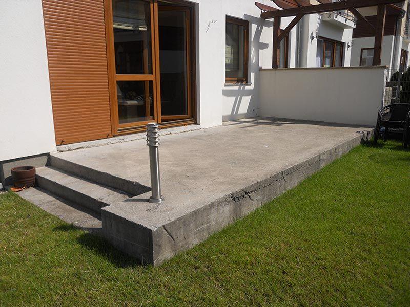 Ein Betonfundament ist ein stabiles Fundament für eine belüftete Terrasse