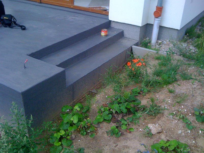 Terrassenplatte mit Flüssigfolie gesichert