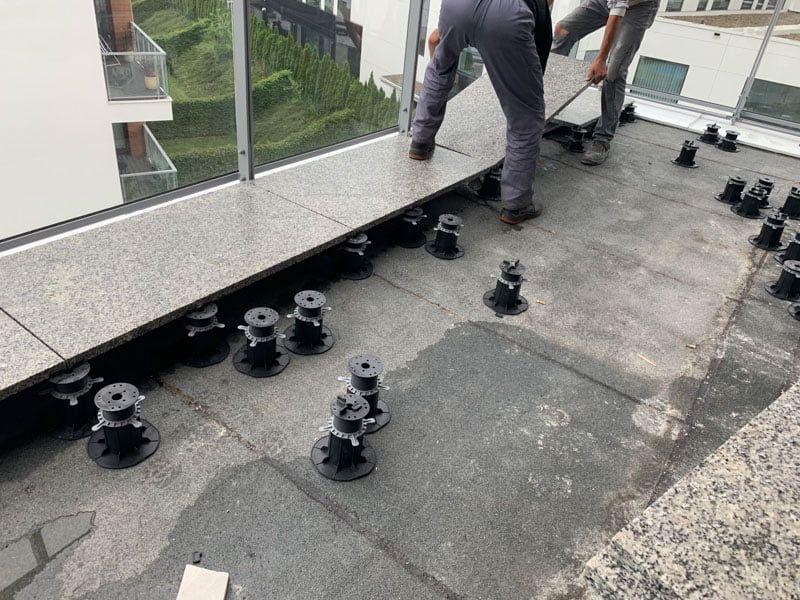 Pose de carreaux céramiques 60x120 sur les plots réglables de terrasse