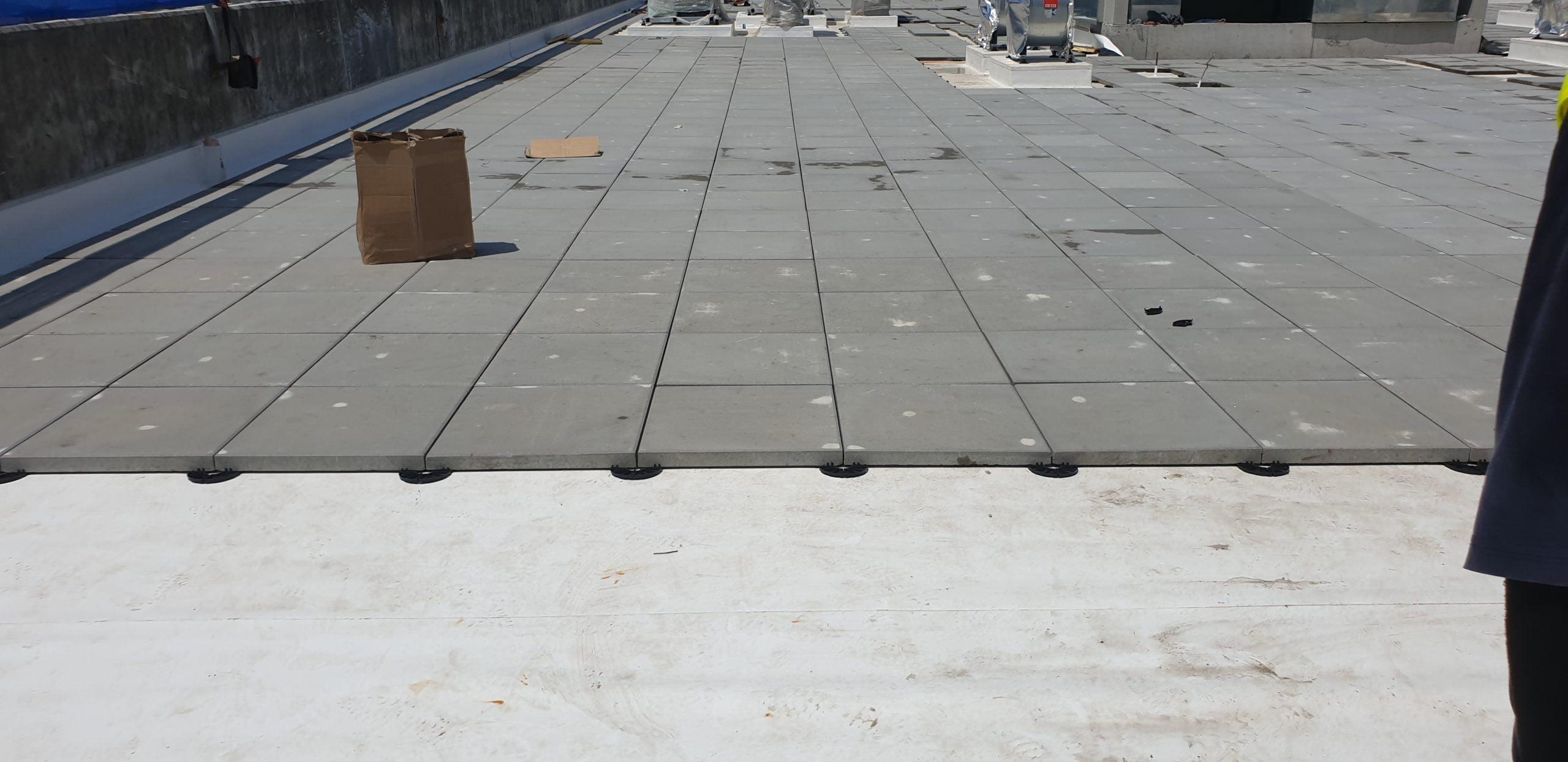 belüftete Terrasse auf niedrigen Plattenlager