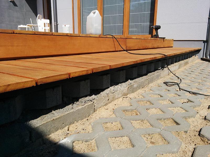 Auf den durchbrochenen Platten können verstellbare Terrassenstützen angebracht werden