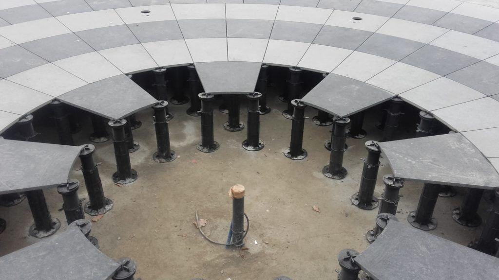 fontanna natarasowych wspornikach regulowanych
