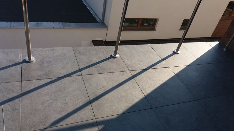 balstrade mounted directly to the ground under the ventilated terrace