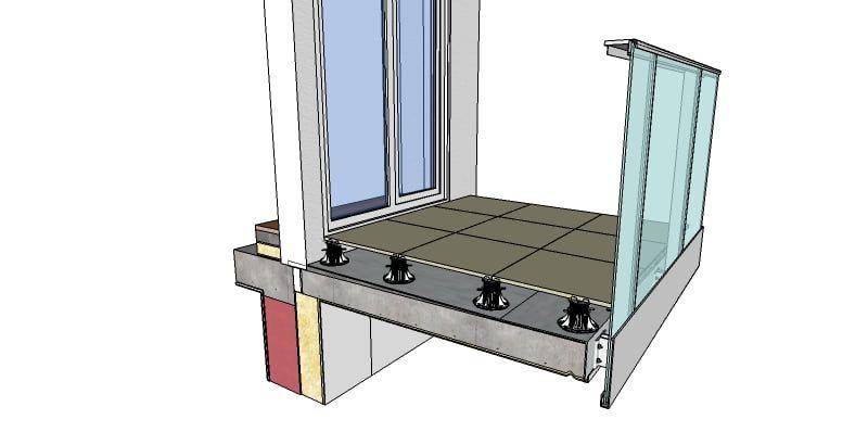 Exemple d'une terrasse ventilée surélevée avec dalles de terrasse. Les dalles de la terrasse sont horizontales et à la bonne hauteur par rapport au revêtement à l'intérieur. En dessous se trouve le sol qui est en pente pour l'évacuation de l'eau. Dans ce cas, il s'agit d'une membrane imperméable.