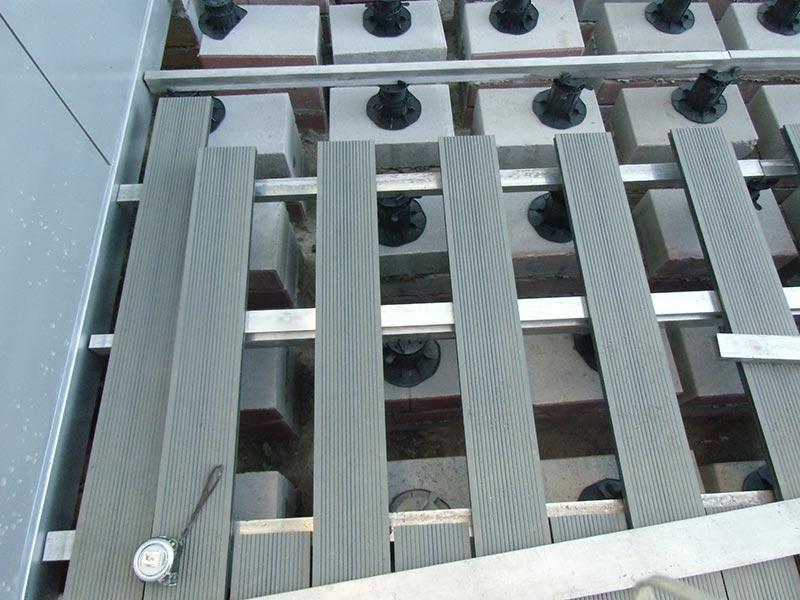 Belüftete Terrasse aus Verbundplatten auf dem Boden