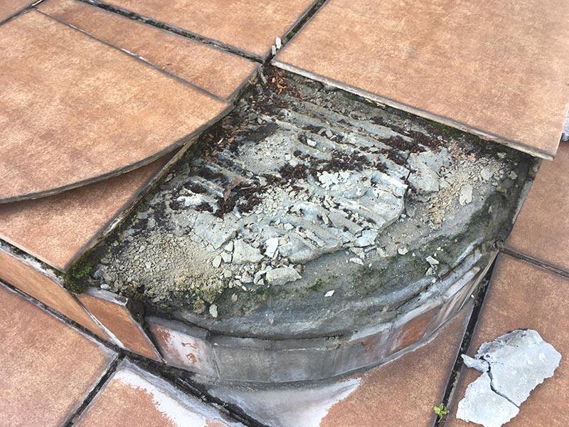 materiał uszkodzony, zepsuty taras, odpadające płytki