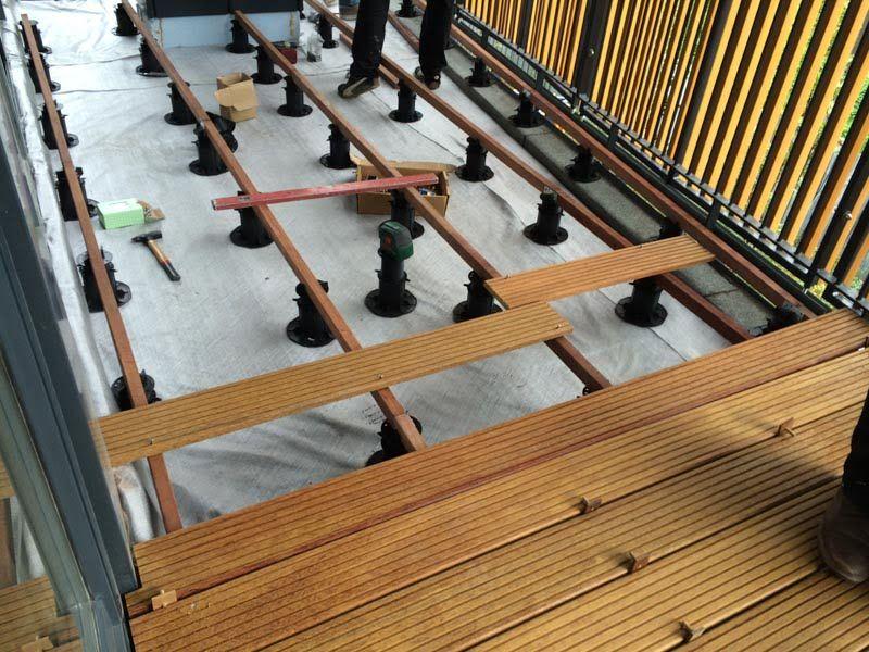 Holzbalken als Unterbau einer belüfteten Terrasse aus Holzbrettern