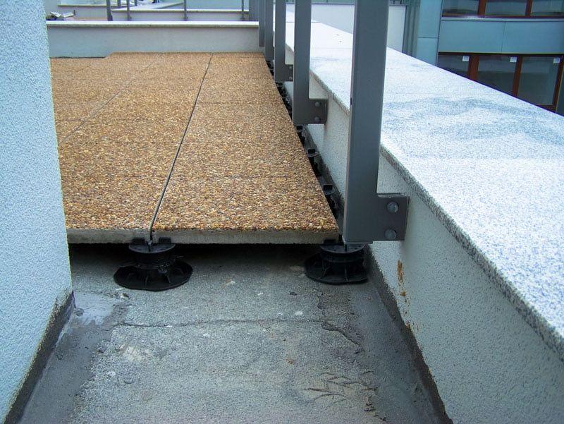 terrasse ventilée avec une balustrade fixée au mur