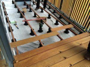 legary drewniane jako podkonstruckja tarasu wentylwoanego zdesek drewnianych