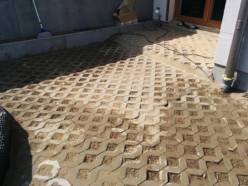 sztywne itrwałe podłoże zpłyt ażurowych podścieżki wogrodzie