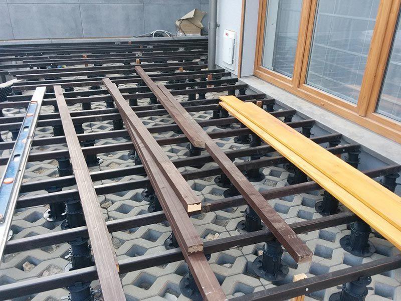 dalles de béton ajourées comme fondation pour une terrasse ventilée