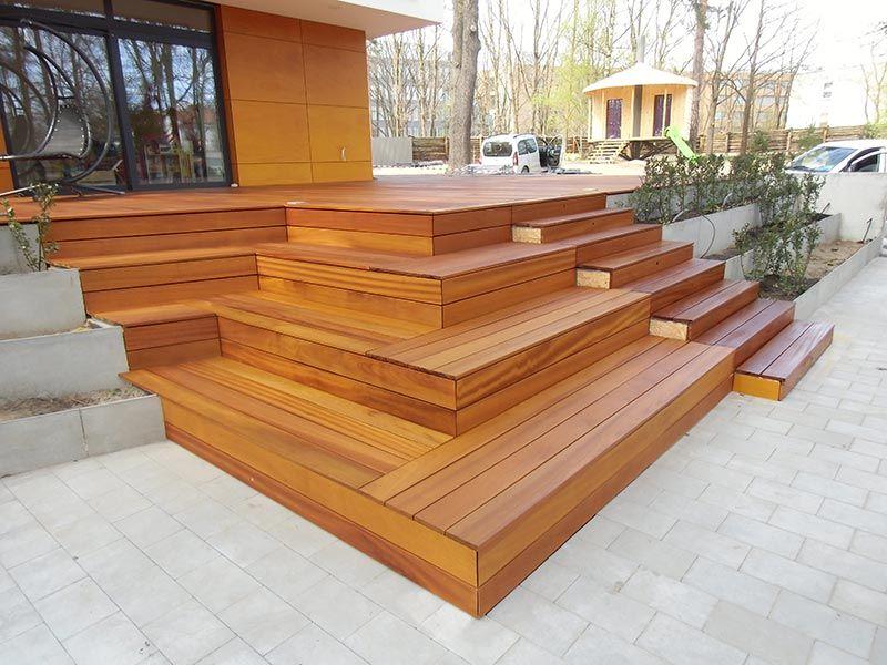 bois franc exotique dans les escaliers, coin salon devant la terrasse
