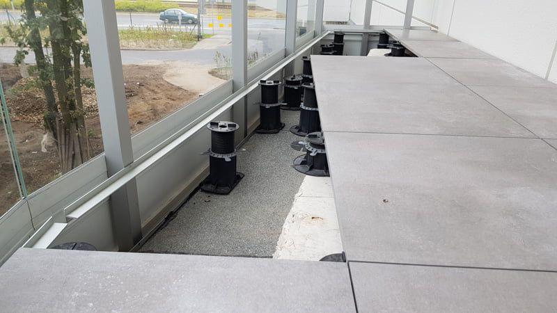 une planche pour supporter les planches sur la balustrade