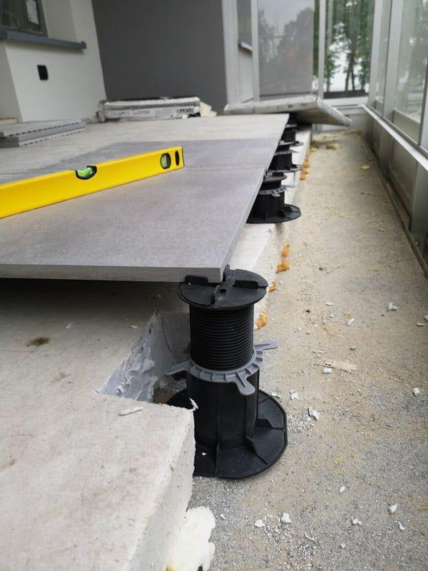Erhöhen Sie das Niveau der Bretter über den gesamten Terrassenbereich auf das gleiche Niveau