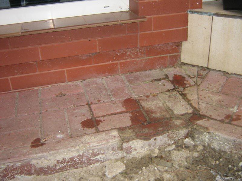 beschädigte Terrasse aus Kopfsteinpflaster