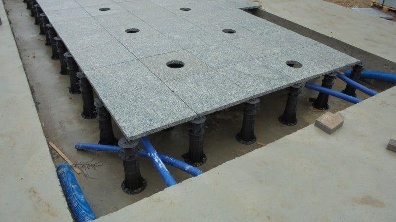 acheminement des tuyaux de drainage sous le plancher